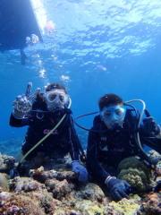 """ここ宮古島の海は沖縄県内でもトップクラスの透明度を誇ります。""""宮古ブルー""""なんて言葉があるくらい。海に入るだけで楽しくなってきます。"""
