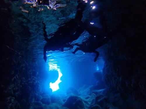 青の洞窟は青いのはナゼ?
